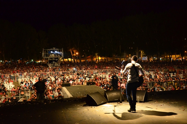 Alex Ubago - Foto: Prensa Municipalidad de Rivadavia.-