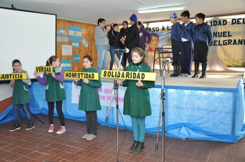 Los Alumnos homenajeando a Manuel Belgrano