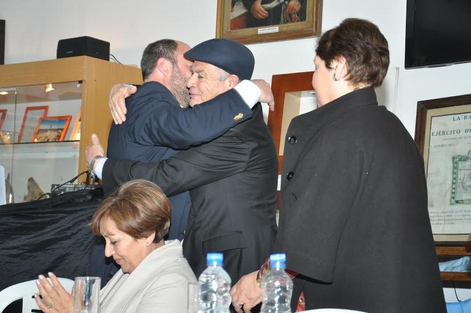 Orlando Nieto es felicitado por el Int. Pinto