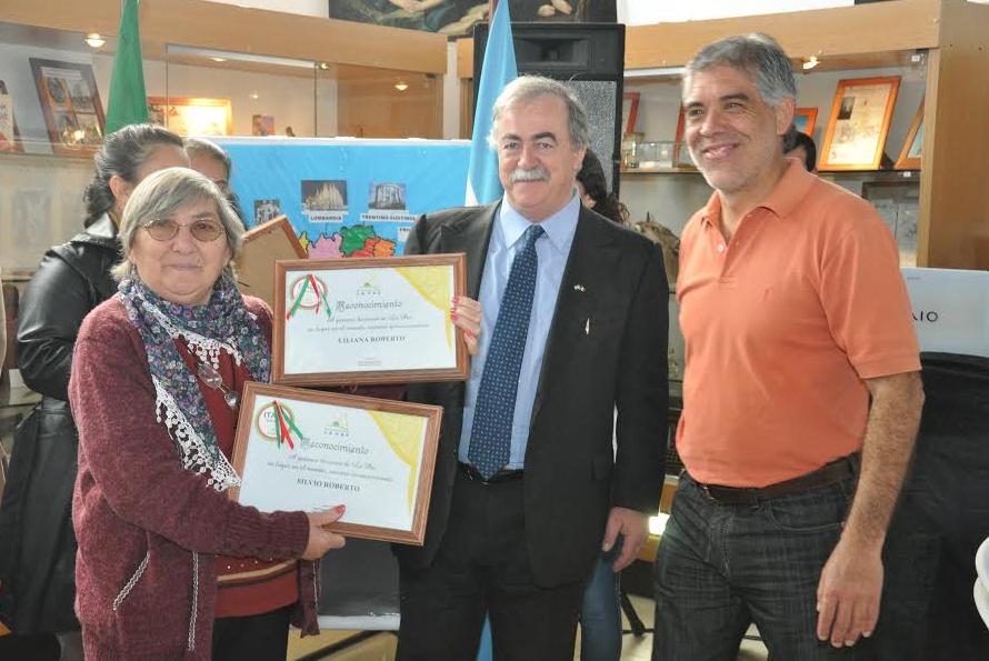 El Cónsul de Italia reconociendo a italianos en La Paz