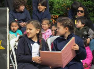 Alumnos homenajeando a los maestros en su día