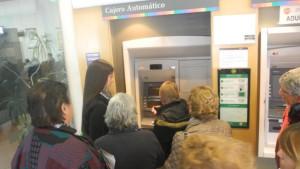 Adultos mayores reciben capacitación para realizar trámites bancarios
