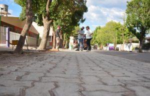Obra de adoquinado de banquinas en Medrano